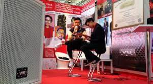 Vidi Aldiano dan Vadi Aldiano saat bernyanyi untuk menghibur pengunjung pameran